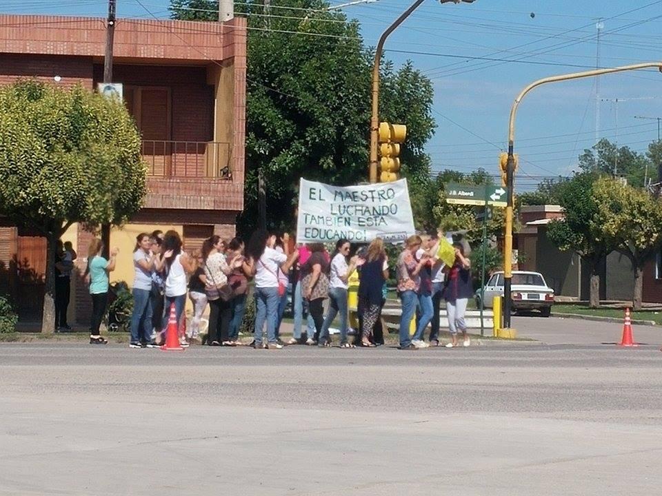 Reclamos docente en la ciudad de Pilar