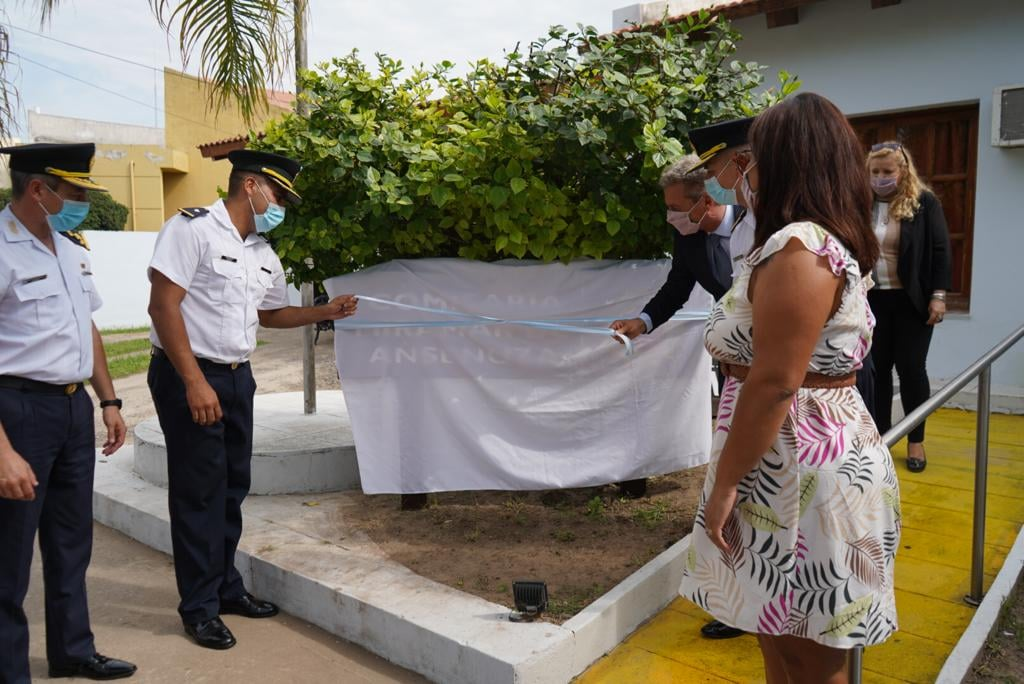 El intendente de Miramar y el subjefe de policia descubren el nuevo cartel de la comisaria