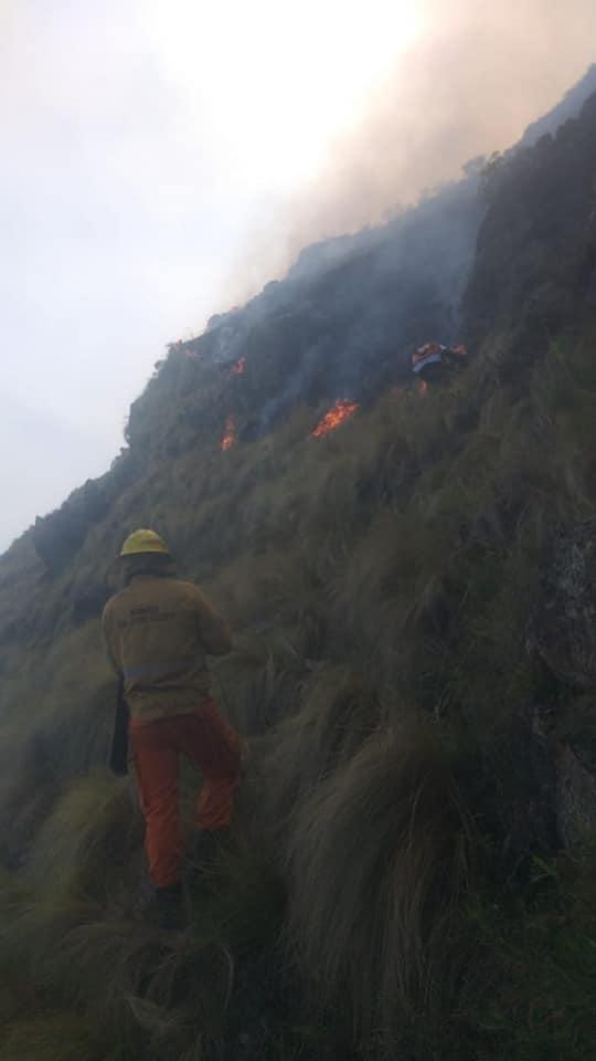 El fuego se inicio esta madrugada en una de las laderas montañosas de La Paz, en el departamento San Javier, valle de Traslasierras. Trabajan varias dotaciones de bomberos.