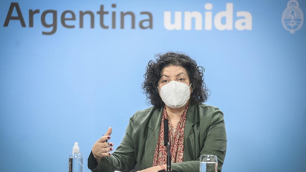 """Las ministros de Salud provinciales mostraron su preocupación ante la ocupación creciente de camas de terapia intensiva en sus respectivas jurisdicciones por la pandemia del coronavirus, y coincidieron en la necesidad de intensificar medidas y fortalecer los controles para evitar la saturación del sistema sanitario, tanto a nivel público como privado. En el marco de un nuevo encuentro del Consejo Federal de Salud (Cofesa), encabezado por la ministra de Salud, Carla Vizzotti, las máximas autoridades sanitarias de todo el país remarcaron la necesidad de implementar medidas oportunas, temporarias, intensivas y focalizadas como vía para minimizar el crecimiento exponencial del número de casos de Covid-19, informaron fuentes oficiales. Vizzotti dijo durante la reunión virtual entre el Gabinete de la cartera sanitaria nacional y los ministros de Salud que """"el número de casos y su velocidad de aumento ya superó el pico máximo de la primera ola, con una pendiente mucho más acelerada que en el peor momento de 2020"""", y subrayó la importancia de trabajar con consenso federal y evidencia científica. """"Ya estamos viendo un aumento en la mortalidad por millón de habitantes, y sabemos que este indicador va a seguir en ascenso"""", dijo la funcionaria. """"Tenemos que hacer lo posible para minimizar el impacto, no se trata solo de aumentar la capacidad de las terapias intensivas, sino de minimizar la transmisión viral en el territorio para disminuir el número de casos en todas las edades"""", explicó Vizzotti. En ese sentido, si bien indicó que la zona geográfica del Área Metropolitana de Buenos Aires (AMBA) -donde se ha registrado el 54% de los nuevos casos- es el epicentro de la pandemia en Argentina, casi el 56% de los departamentos de la Argentina alcanzaron la categoría sanitaria de alto riesgo. En esa línea, y frente a la manifiesta preocupación de sus pares, Vizzotti incentivó a hacer uso de la potestad que el Decreto de Necesidad y Urgencia del 7 de abril emitido por el presidente Al"""