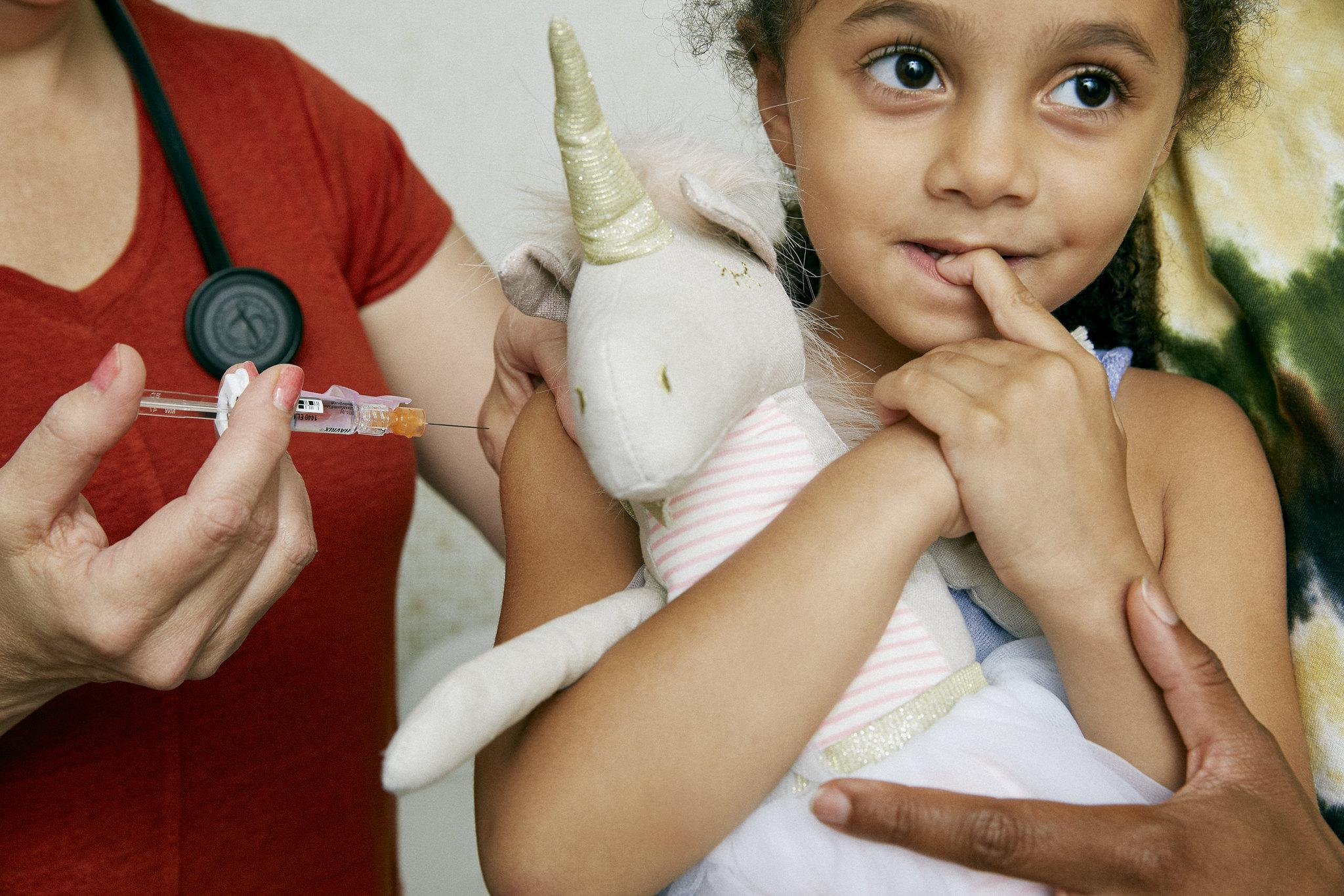 Mientras se espera que se complete la vacunación contra la Covid 19, hay otras vacunas que salvan vidas. En la Argentina, el Calendario Nacional de Vacunación tiene un esquema de vacunas gratuitas y obligatorias para todos los habitantes, para evitar enfermedades inmunoprevenibles como la gripe, el sarampión, la hepatitis B y la neumonía. Al respecto opinó para Télam el Dr. Diego Montes de Oca, médico pediatra, miembro de la Sociedad Argentina de Pediatría.