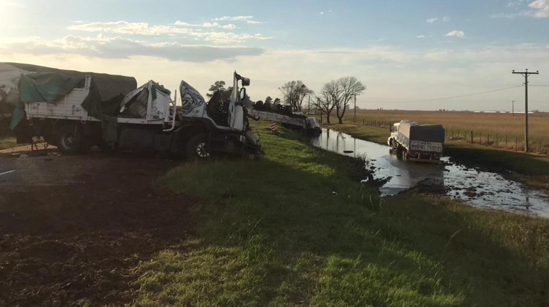 En la mañana de hoy una espectacular colisión ocurrida sobre la Ruta Provincial Nº 3, en cercanías de Justiniano Posse, en el departamento Unión, y en la que se vieron involucrados tres camiones, dejó como saldo lamentable una victima fatal.