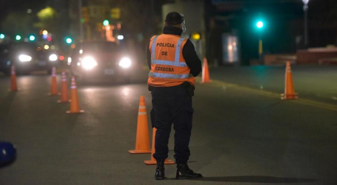 La policía controla las calles de Cordoba durante la noche