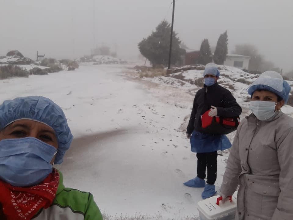 Trabajadores del municipio de Mina Clavero recorrieron un paraje nevado para testear a alumnos de la escuela 20 de Junio y a sus familiares.