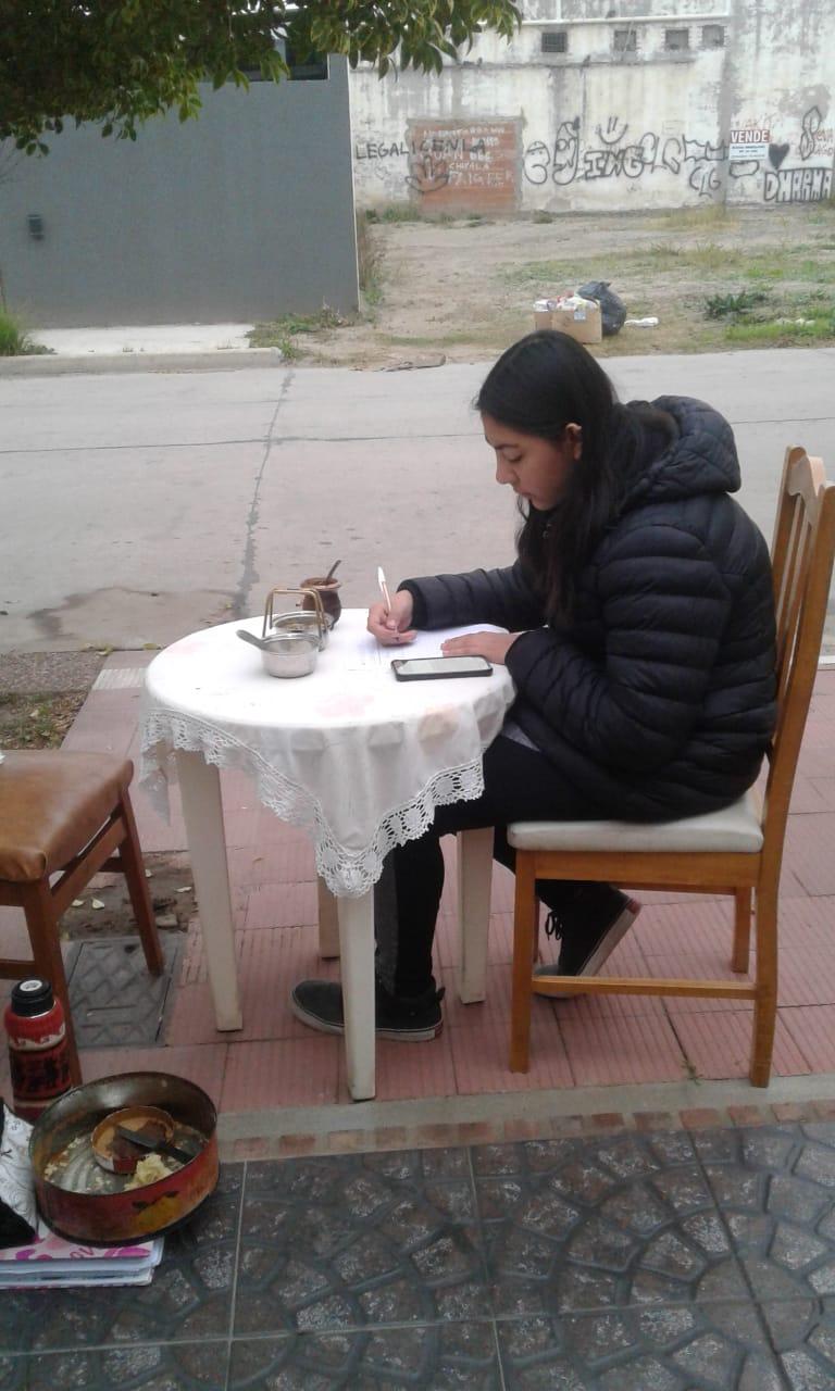 Estudiaba en la vereda porque no podían pagar internet en su casa