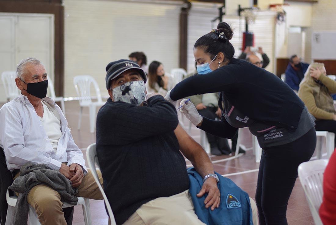 Enfermeras jubiladas del viejo hospital de Laguna Larga se sumaron a la campaña de vacunación contra el covid
