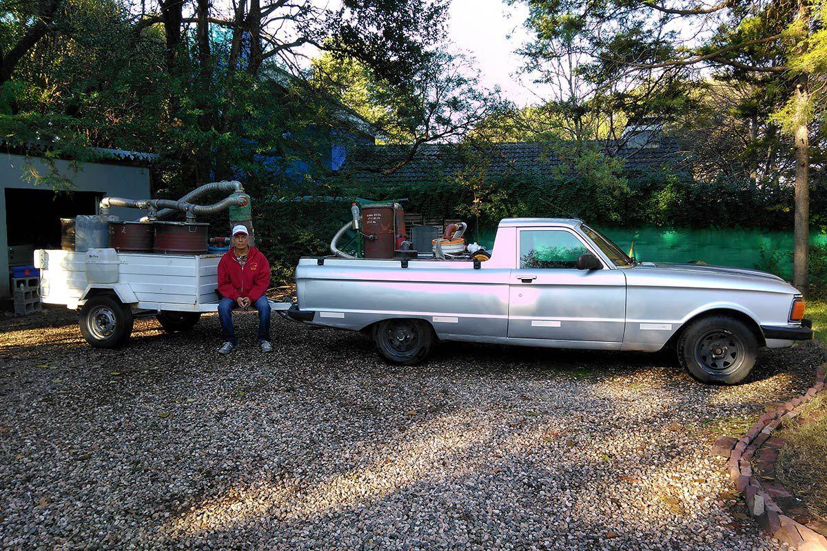 Edmundo Ramos y su camioneta con la que planea unir de sur a norte el país