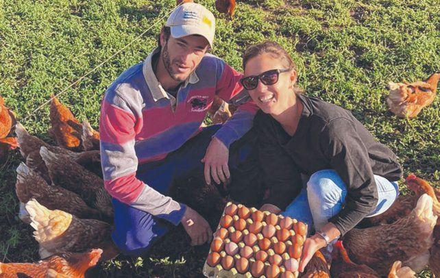 A campo. Noelia Pessolani y Franco Mattalia, veterinarios de Arias que crian gallinas que pastorean a corral.
