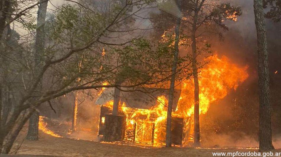 En cada frente, además, sobre todo cuando las llamas se acercan a áreas pobladas, se suman los propios vecinos a la tarea, ante la desesperación por el fuego a metros de sus propiedades.