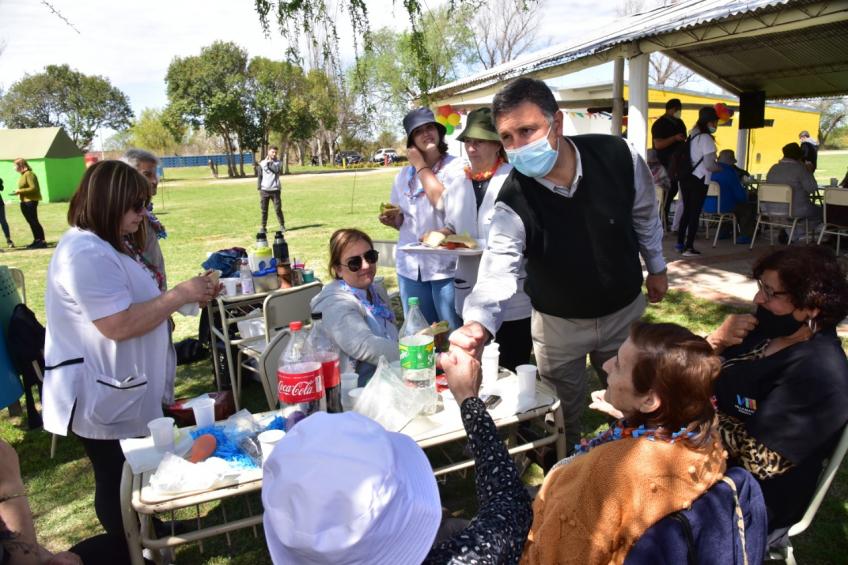 Más de 55 hombres y mujeres que conforman ambas instituciones municipales, disfrutaron de las actividades recreativas organizadas por personal de la Escuela Granja.